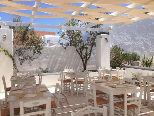 A restaurant or other place to eat at Laokasti Villas