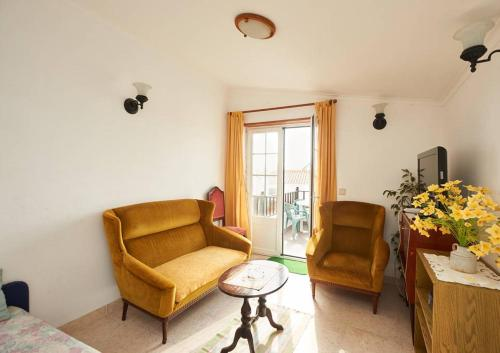 A seating area at Surf Coxos Guest House