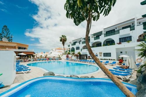 The swimming pool at or near Residencial Neptuno