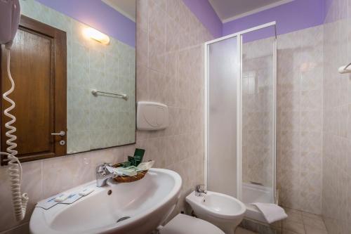 A bathroom at Hotel Real Ristorante e Pizzeria PARKING FREE !!!