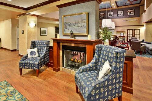 A seating area at Hampton Inn & Suites - Cape Cod / West Yarmouth