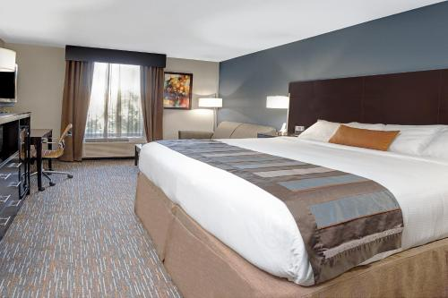 A bed or beds in a room at Wingate by Wyndham Richardson
