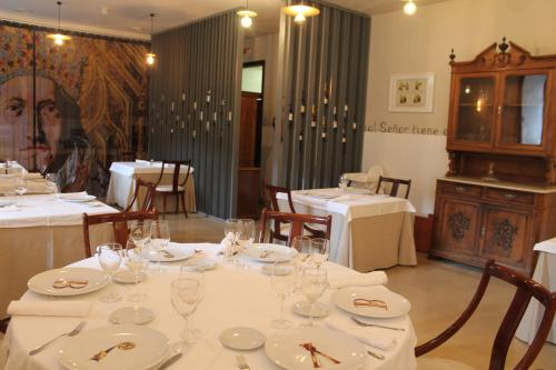 Un restaurante o sitio para comer en Hostería del Monasterio de San Millan