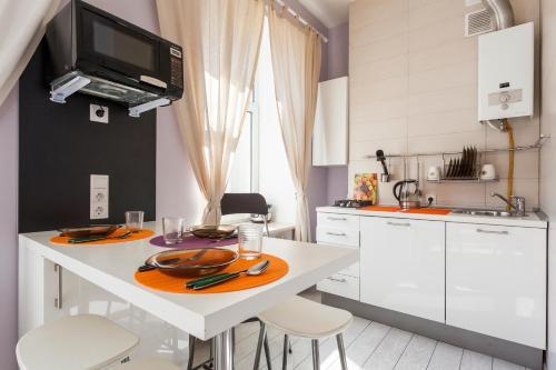 Кухня или мини-кухня в RentalSPb white on Rubinsteina