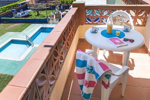 Uma vista da piscina em RVHotels Apartamentos El Quijote ou nos arredores