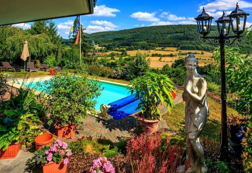 Ein Blick auf den Pool von der Unterkunft Pension Haus Erika oder aus der Nähe