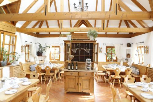 Ein Restaurant oder anderes Speiselokal in der Unterkunft Hotel Garni Loipenhof