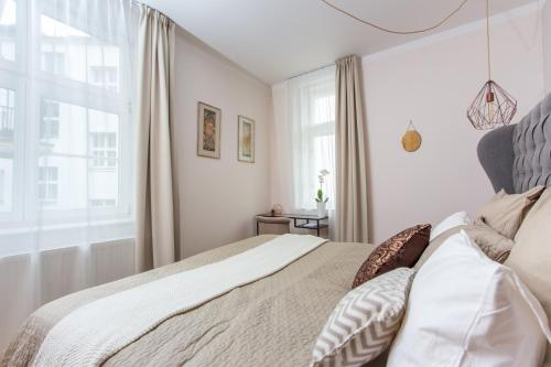 A bed or beds in a room at Luxury Apartment Maiselova