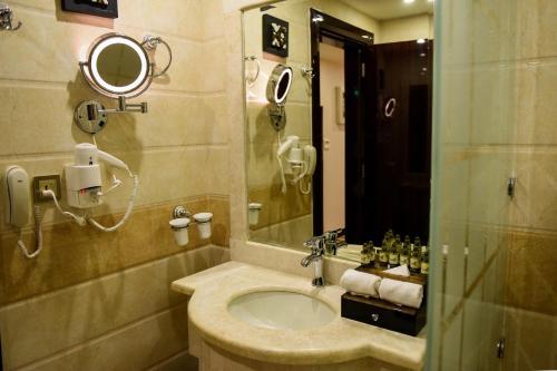 A bathroom at Garden Plaza Hotel