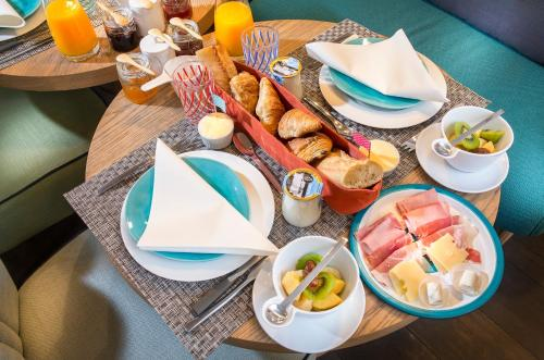 Breakfast options available to guests at 1er Etage Opéra