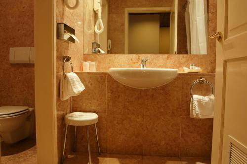 A bathroom at Pousada Palacio de Queluz