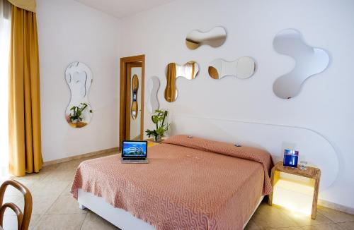 Ein Bett oder Betten in einem Zimmer der Unterkunft Joli Park Hotel - Caroli Hotels