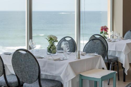 Um restaurante ou outro lugar para comer em Axis Ofir Beach Resort Hotel