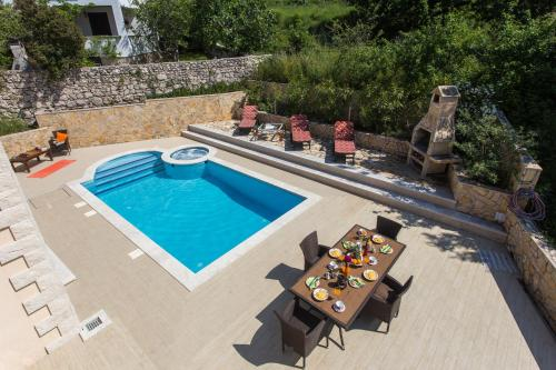A view of the pool at Villa Avoca or nearby
