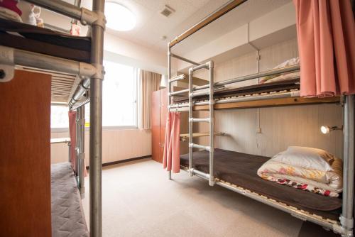 Ein Etagenbett oder Etagenbetten in einem Zimmer der Unterkunft Anne Hostel Yokozuna