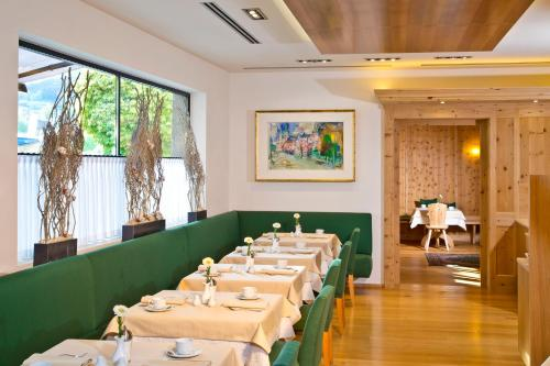 A restaurant or other place to eat at Hotel Maximilian - Stadthaus Penz