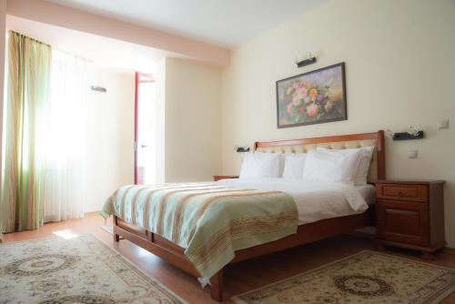 A bed or beds in a room at Hotel Nemira