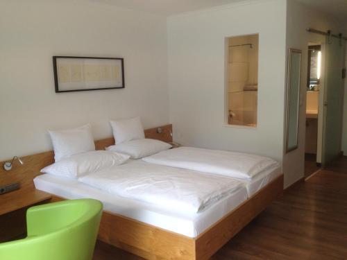 Ein Bett oder Betten in einem Zimmer der Unterkunft Seehotel Lilly