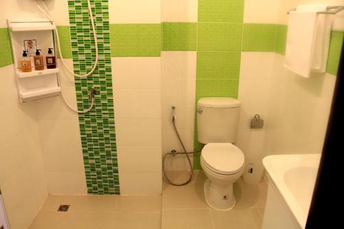 A bathroom at Panmanee Hotel
