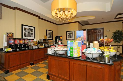 A restaurant or other place to eat at Hampton Inn Alexandria/Old Town