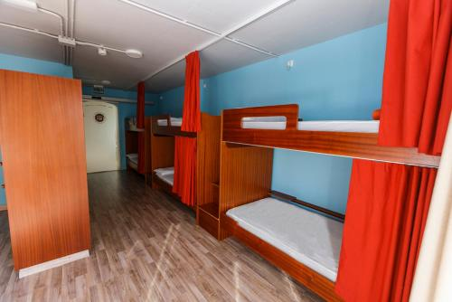 A bunk bed or bunk beds in a room at Albergue Arribada