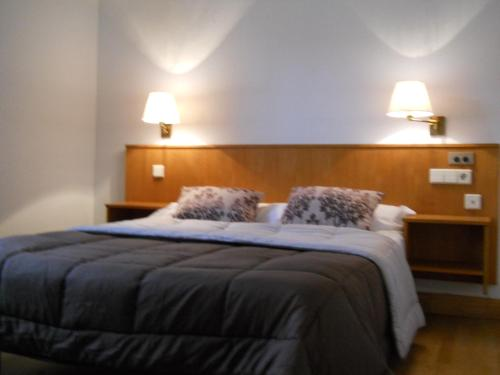 A bed or beds in a room at Hotel Elizondo