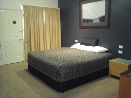 A bed or beds in a room at Willows Motel