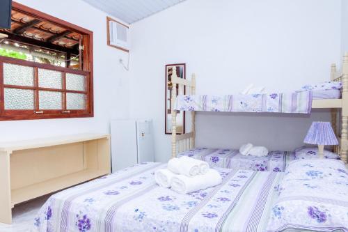 Uma ou mais camas em beliche em um quarto em Pousada Sossego