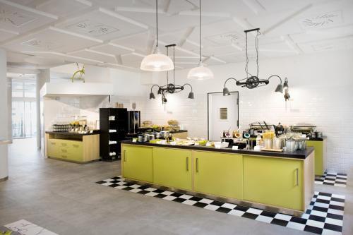 Un restaurante o sitio para comer en Ibis Styles Budapest City