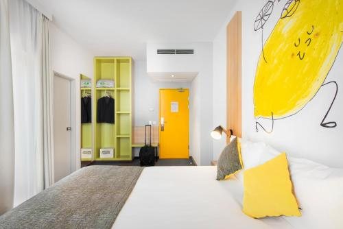 A bed or beds in a room at Ibis Styles Budapest City