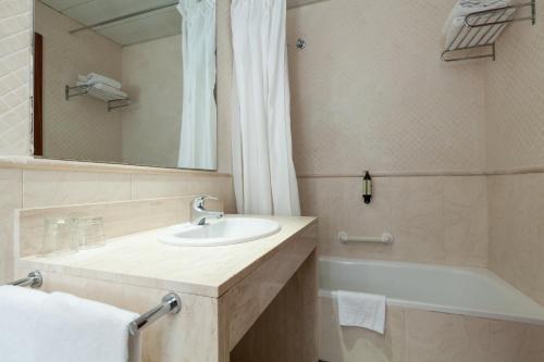 A bathroom at Hotel HLG CityPark Pelayo