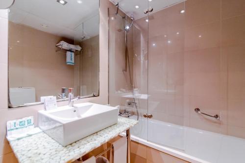 A bathroom at Hotel del Mar