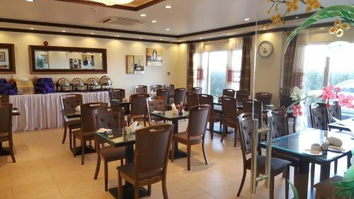 A restaurant or other place to eat at Reem Hotel Apartments