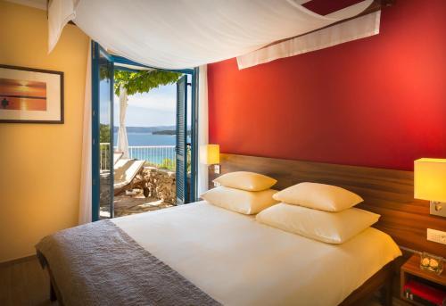 Ein Bett oder Betten in einem Zimmer der Unterkunft Koralj Sunny Hotel by Valamar