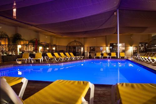 Бассейн в Jockey Club Suites или поблизости