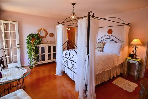 A bed or beds in a room at Casa del Sol Bed and Breakfast