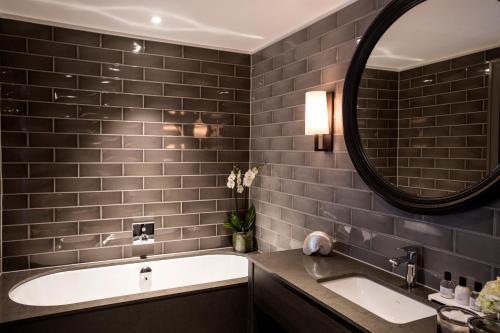 A bathroom at Dakota Glasgow