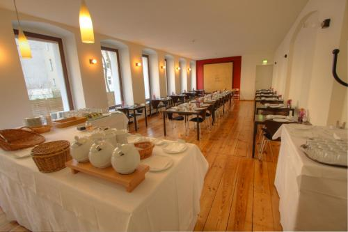 Ein Restaurant oder anderes Speiselokal in der Unterkunft Hotel Johann