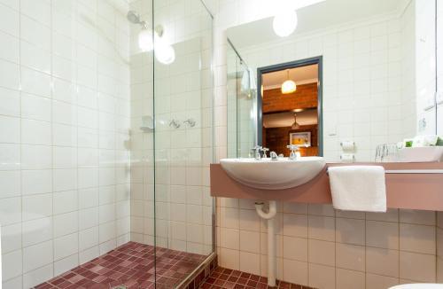 A bathroom at Armour Motor Inn
