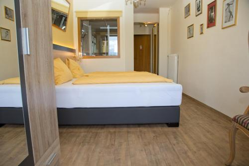 A bed or beds in a room at Villa Desiree - Hotel Garni - Adults Only