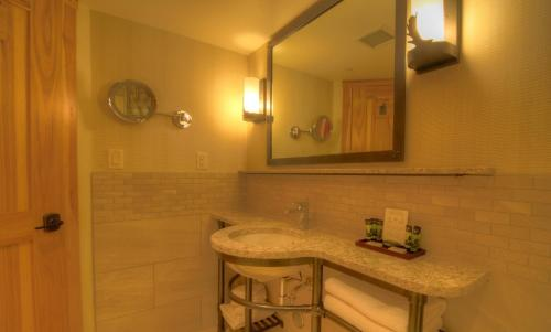 A bathroom at Moose Hotel and Suites
