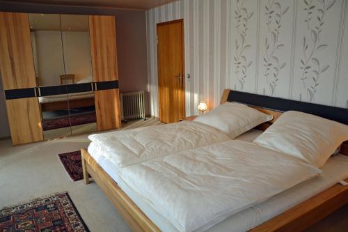 Een bed of bedden in een kamer bij Ferienhaus-Sternenberg