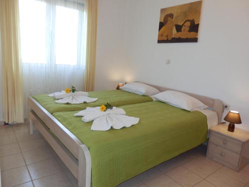 Ein Bett oder Betten in einem Zimmer der Unterkunft Maro Suites