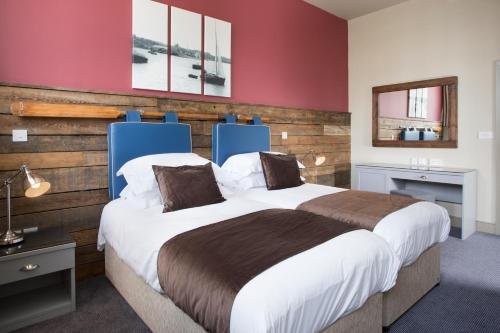 A bed or beds in a room at The Ship & Trades