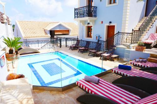 Piscina di Faros Suites (Adults Only) o nelle vicinanze