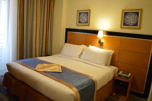سرير أو أسرّة في غرفة في Durrat Al Eiman Hotel
