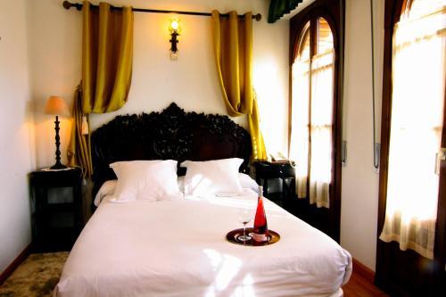 A bed or beds in a room at Hotel Merindad de Olite