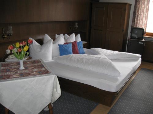 Ein Bett oder Betten in einem Zimmer der Unterkunft Hotel Bellevue