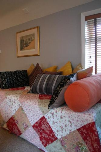 A bed or beds in a room at Horse & Groom B&B