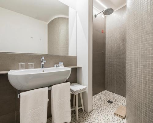 A bathroom at Hotel Metropole Suisse